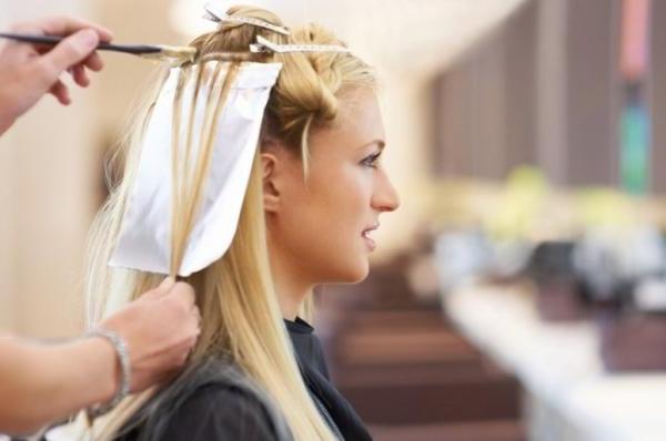Menggunakan Pewarna Rambut Kimia